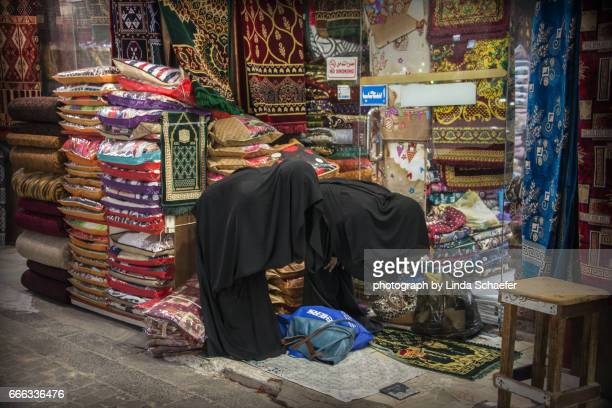 women covered and praying on jeddah street in saudi arabia - linda wilton stock pictures, royalty-free photos & images
