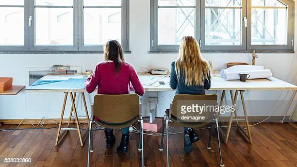 Frauen Kollegen im Büro