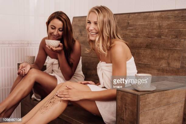 las mujeres crubbing café en balneario - ground coffee fotografías e imágenes de stock