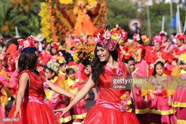 mujeres bailarines en madeira flor festival parade, portugal - madeira fotografías e imágenes de stock