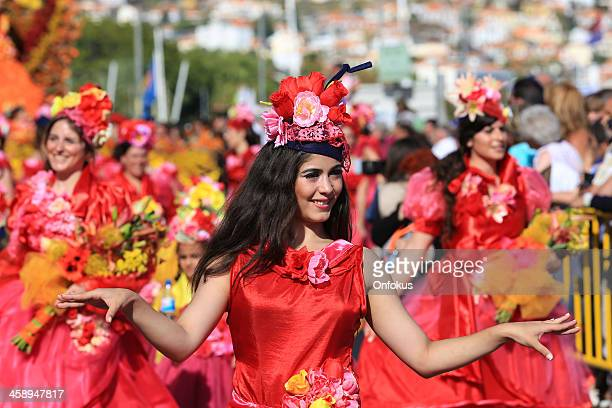 mujeres bailarines en madeira flor festival parade, portugal - madeira island fotografías e imágenes de stock