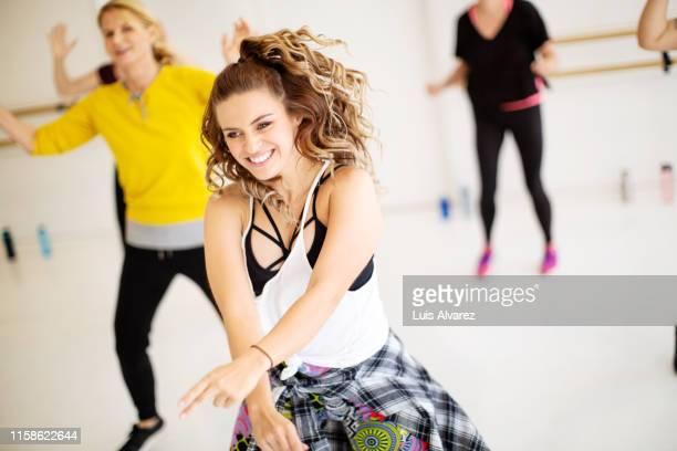 women dancing in a fitness dance class - tänzerin stock-fotos und bilder