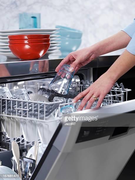 Frauen Geschirrspüler emptying oder Füllung