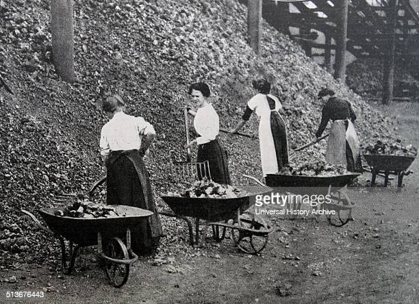 Women doing war work Loading coal at Coventry England during world war one 1916