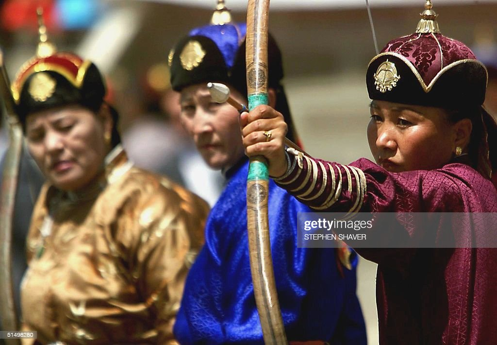 Women dressed in traditional Mongolian clothing co : News Photo