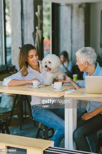 コーヒーを飲みながらのカフェで女性