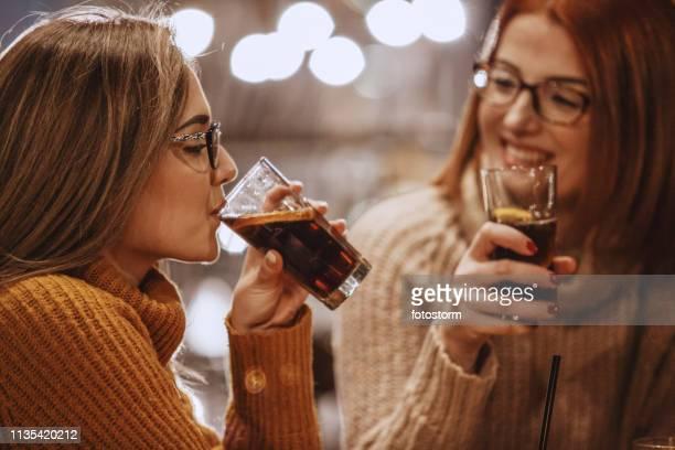 frauen trinken koks - pepsi stock-fotos und bilder