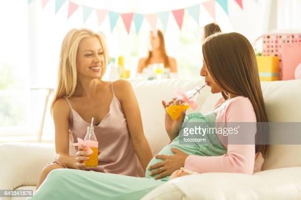 Frauen trinken Saft auf Baby Dusche Partei