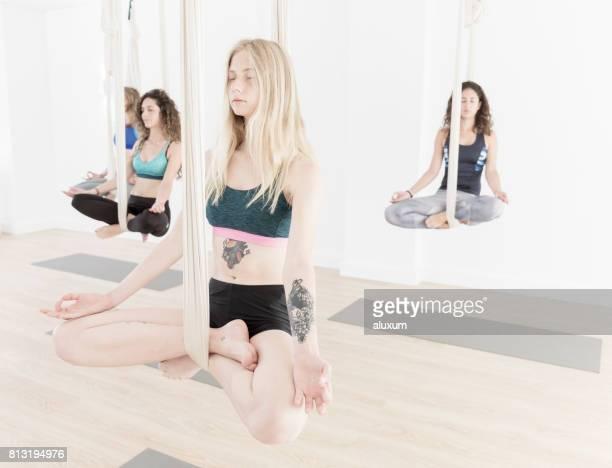 Femmes pendant les cours d'yoga aérien