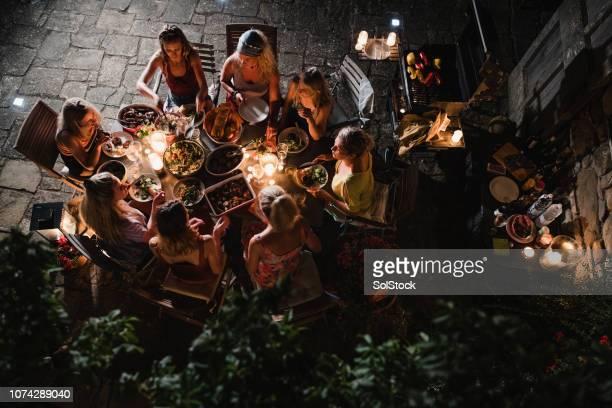 vrouwen eten van buitenlucht in toscane - evening meal stockfoto's en -beelden
