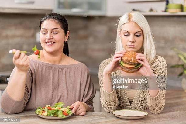 Frauen Essen in der Küche.