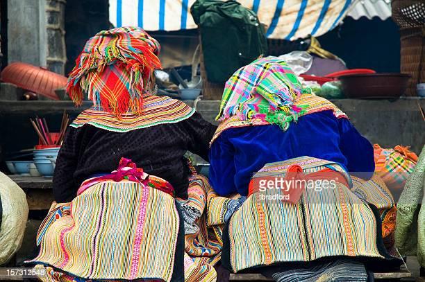女性一緒に食べる bac ha 市場,ベトナム - ミャオ族 ストックフォトと画像