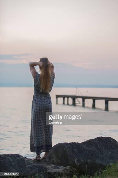 frauen genießen sie den sonnenuntergang - umkehrer stock-fotos und bilder