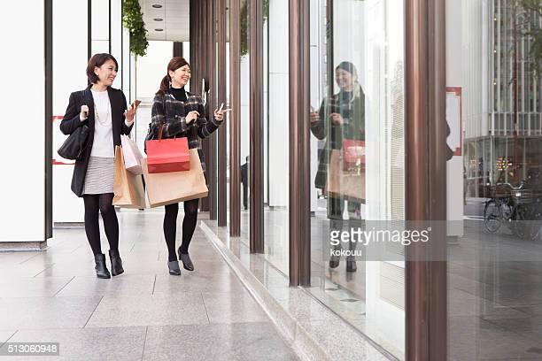 女性は、ウィンドウショッピングをお楽しみください。