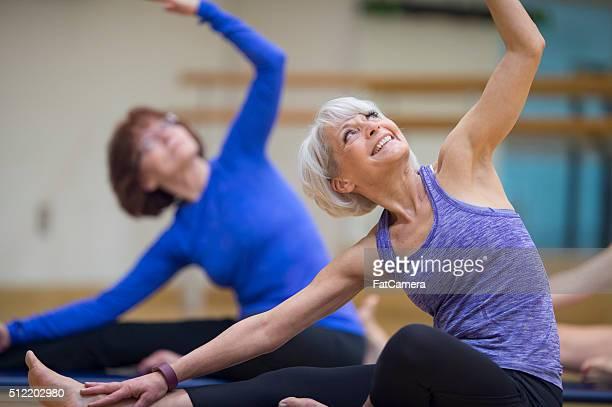 Mulher desfrutar da sua aula de ioga