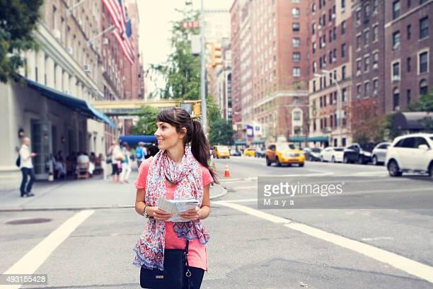 女性は通りでニューヨークの