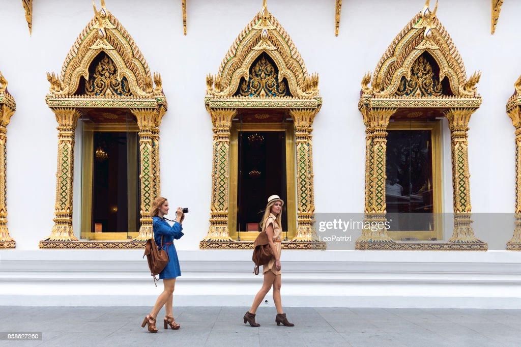 Frauen aufgeregt, um neue Orte rund um Asien : Stock-Foto