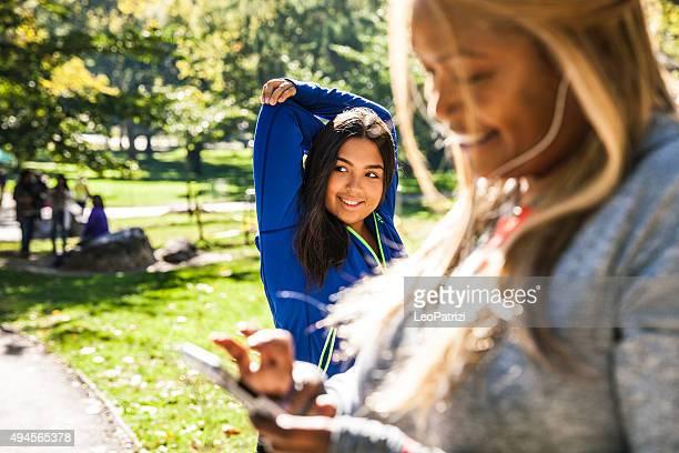 women exercising in central park new york - extra groot stockfoto's en -beelden