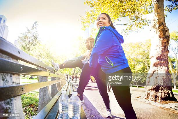 women exercising in central park new york - dikke vrouw stockfoto's en -beelden