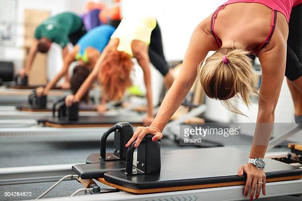 mulheres se exercitar com máquinas de pilates em uma academia de ginástica. - reformista - fotografias e filmes do acervo