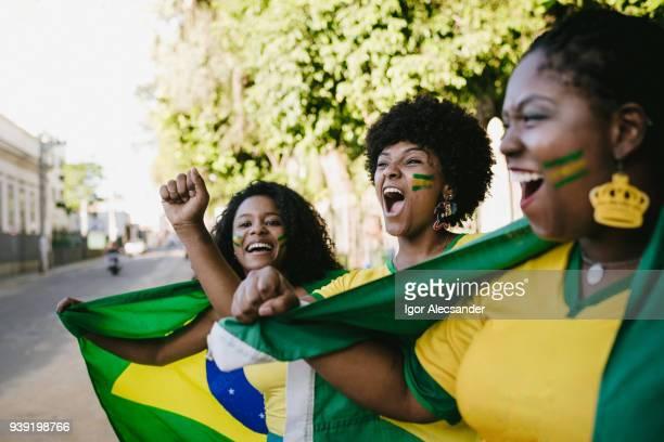 fãs de mulheres do brasil, celebrando a vitória - independência - fotografias e filmes do acervo