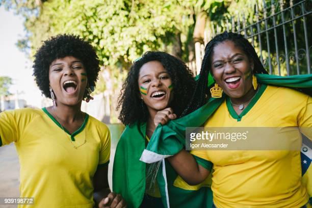 勝利を祝うブラジルの女性ファン - コイリーヘア ストックフォトと画像