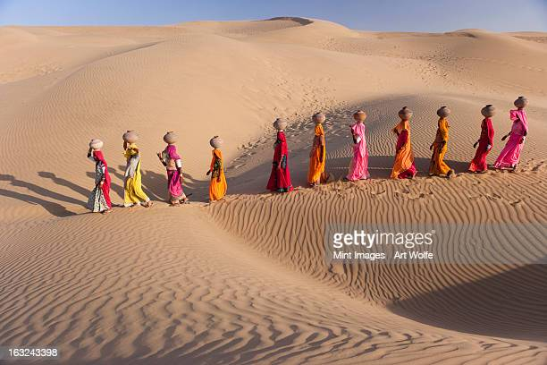 women fetching water from the sparse wells within rajasthan's vast thar desert. - paisajes de india fotografías e imágenes de stock