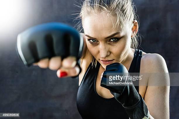 Gros plan de frappe femme Pratiquant de combat libre
