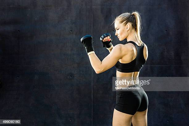 women fighter punching close up - mixed martial arts stockfoto's en -beelden