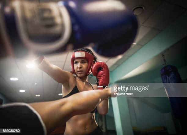 mulheres lutando em um treino de kickboxing em um anel - boxe feminino - fotografias e filmes do acervo