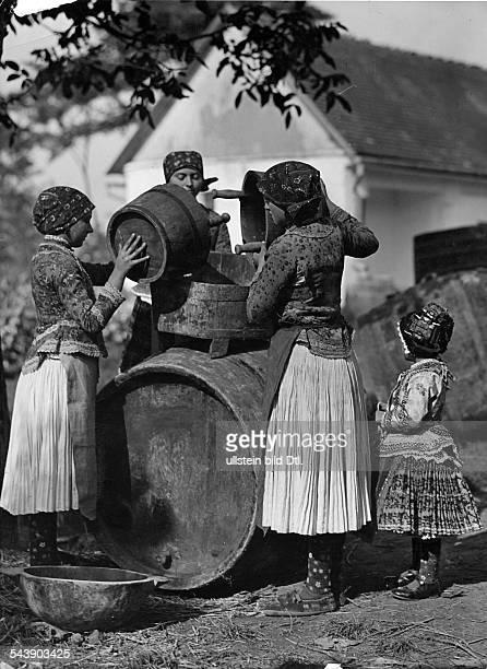 Women fill a barrel - ca. 1931- Photographer: Rudolf Balogh- Published by: 'Blatt Wien' 26/1931Vintage property of ullstein bild