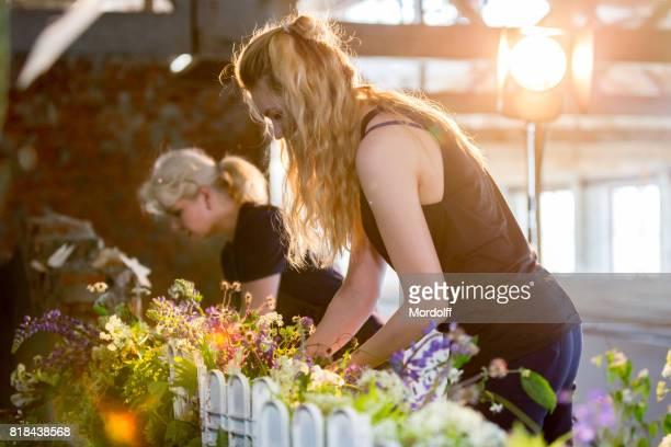 Las mujeres floristas hacer arreglos florales