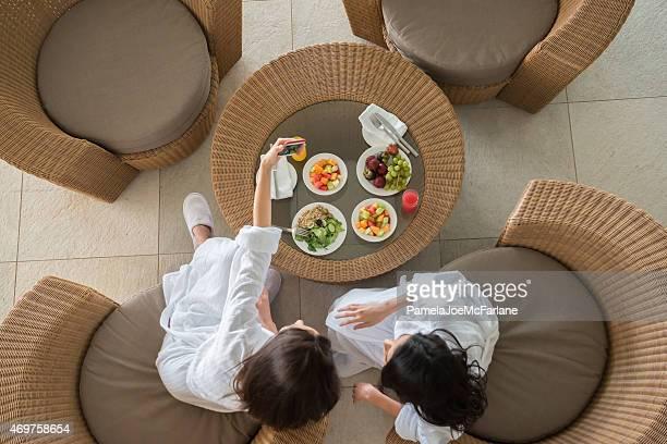 Frauen Freunde im Spa teilen gesunde Mittagessen und Schülern