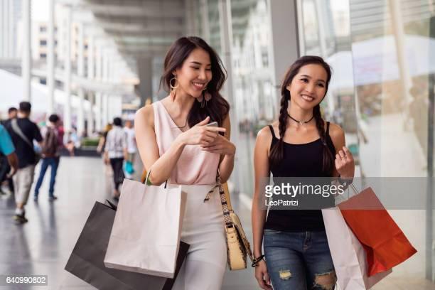 女性のお友達がバンコクの街でショッピング - タイ人 ストックフォトと画像