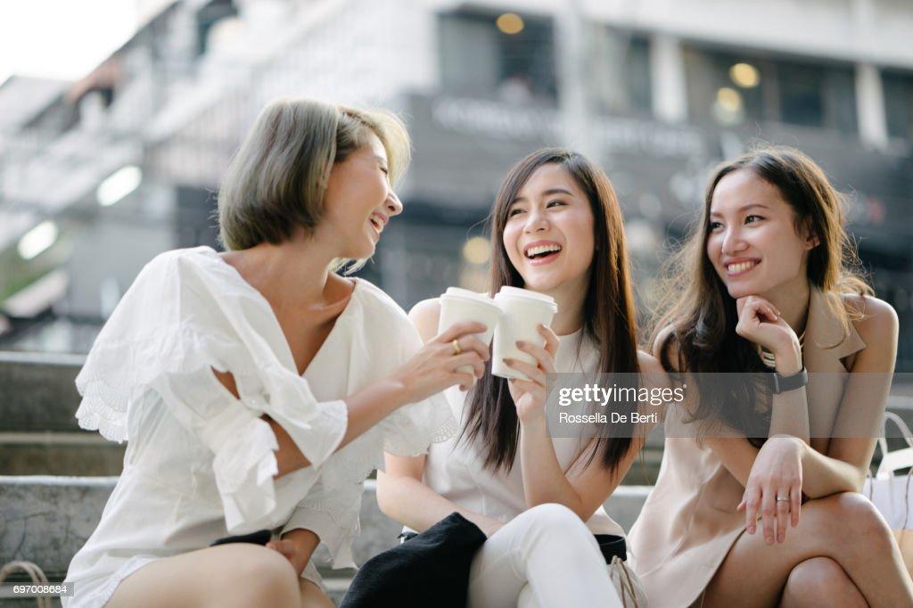 Freundinnen, zum Einkaufen in Bangkok Stadtstraßen : Stock-Foto