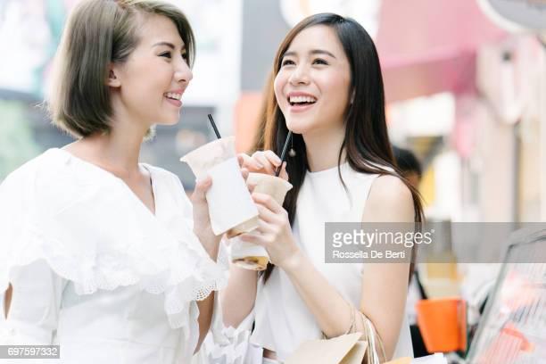 Amis de femmes dehors pour faire du shopping dans les rues de la ville Bangkok