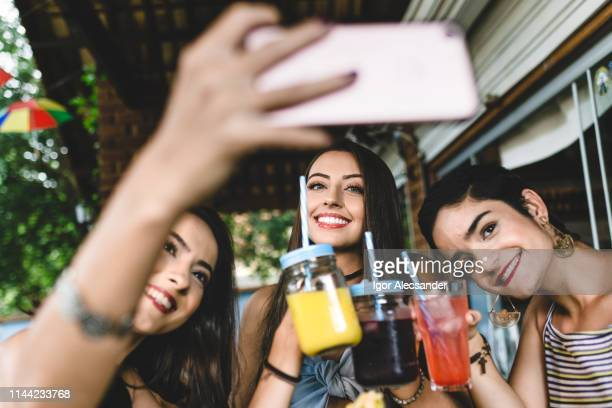 freundinnen nehmen selfie in der snackbar - kaltes getränk stock-fotos und bilder