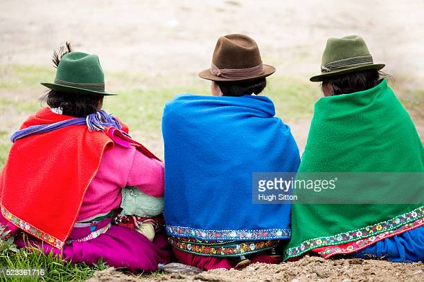 women from the highlands wearing traditional clothes, ecuador - hugh sitton 個照片及圖片檔