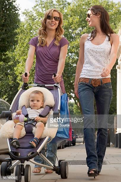 進行中の女性のショッピング、赤ちゃん