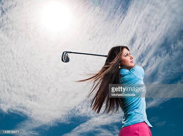 damen-golfspieler - golfschwung stock-fotos und bilder