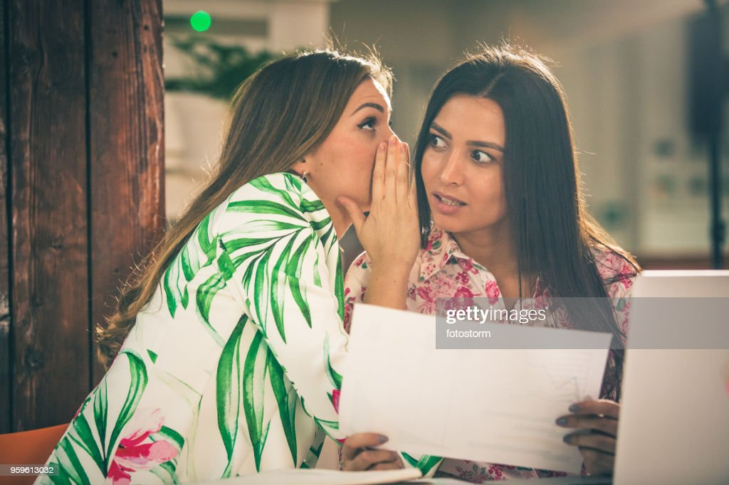 Frauen gossiping im Büro : Stock-Foto