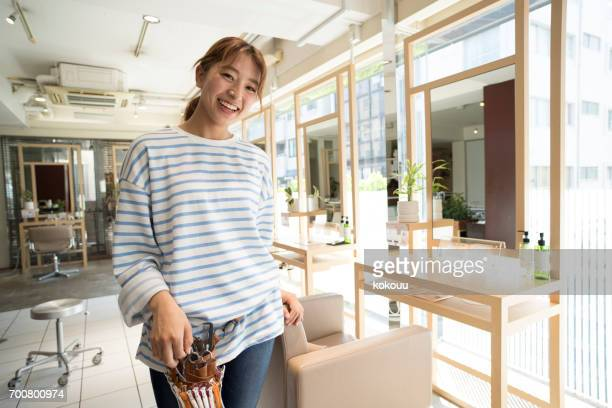女性の美容師 - ボーダーシャツ ストックフォトと画像