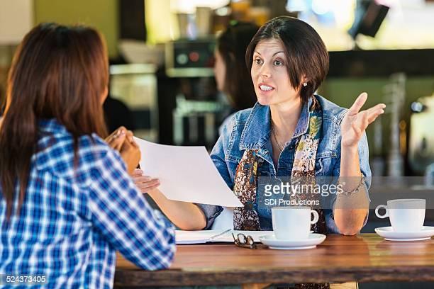 Frauen hat ein business meeting oder interview in der coffee shop