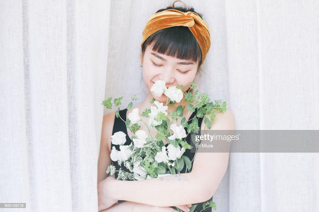 A women having flowers : ストックフォト