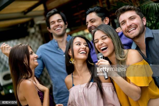 mulheres se divertindo cantando em um bar de karaoke - karaokê - fotografias e filmes do acervo
