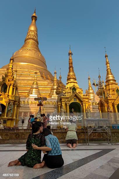 women having fun while praying - mulher orando de joelhos imagens e fotografias de stock