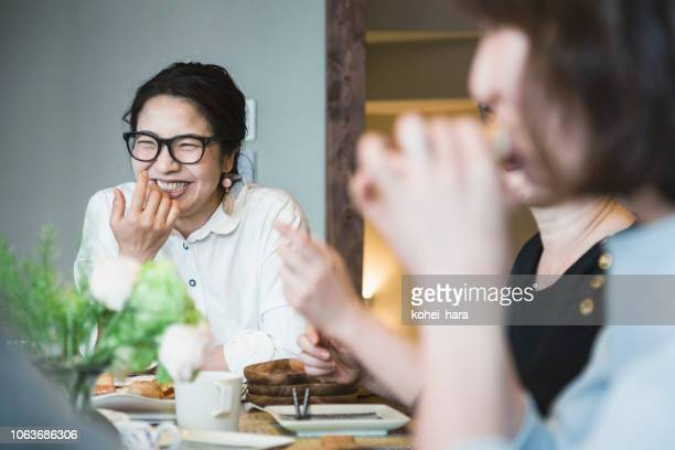 家で昼食を持っている女性 - 親睦会 ストックフォトと画像