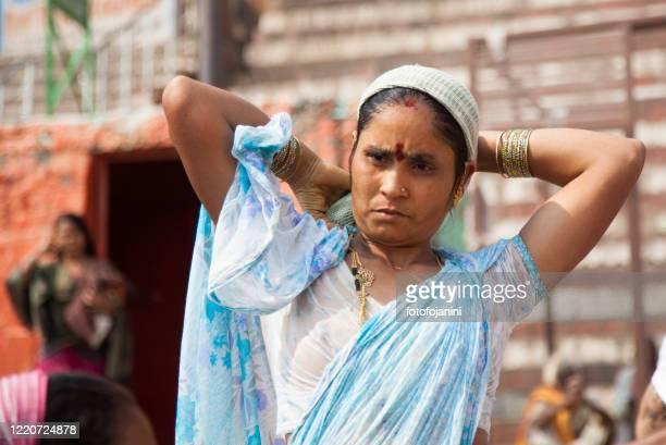 バラナシのガンジ川沿いの朝風呂を持つ女性 - fotofojanini ストックフォトと画像