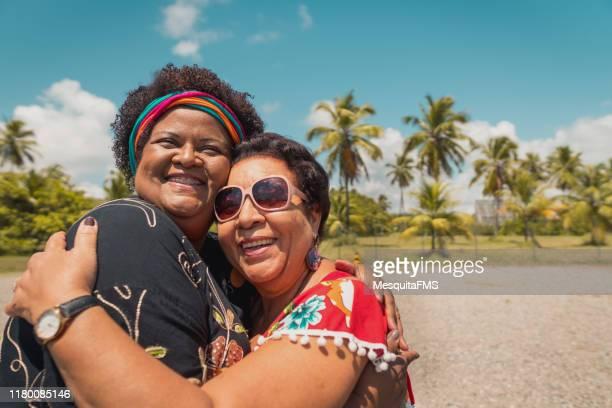 mulheres que abraçam na praia - turismo urbano - fotografias e filmes do acervo