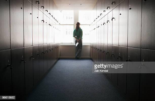 women in a locker room - kleedkamer vrijetijdsfaciliteiten stockfoto's en -beelden
